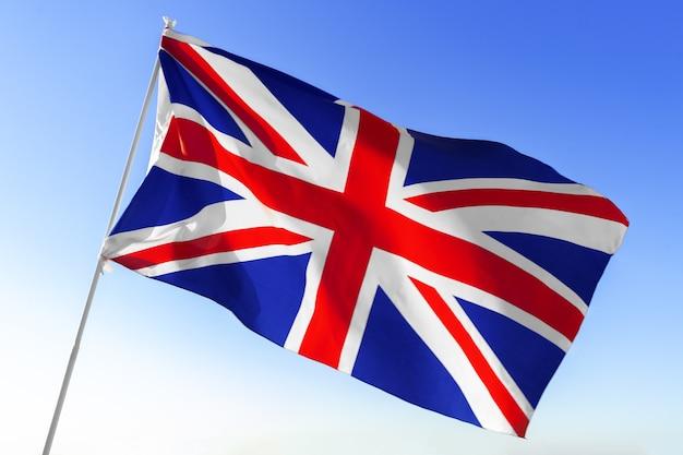 Flaga wielkiej brytanii macha z jasnego nieba