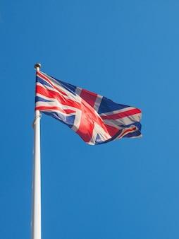 Flaga wielkiej brytanii na niebieskim niebie