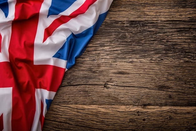 Flaga wielkiej brytanii na stare drewniane tła. flaga union jack na tle starego dębu.