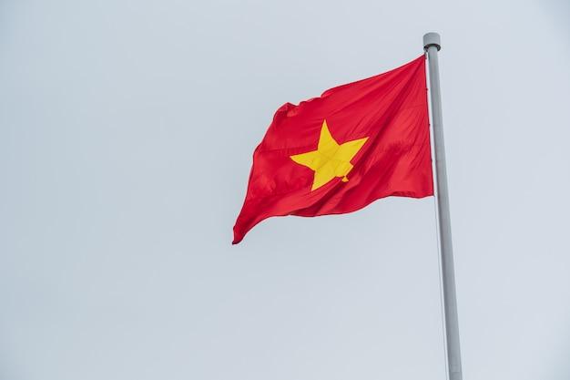 Flaga wietnamu na niebie.
