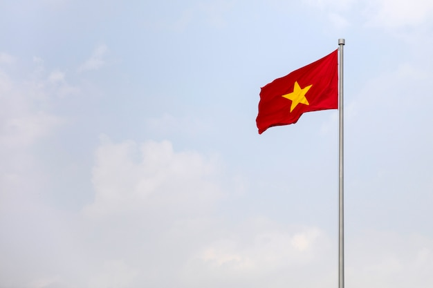 Flaga wietnamu na niebie