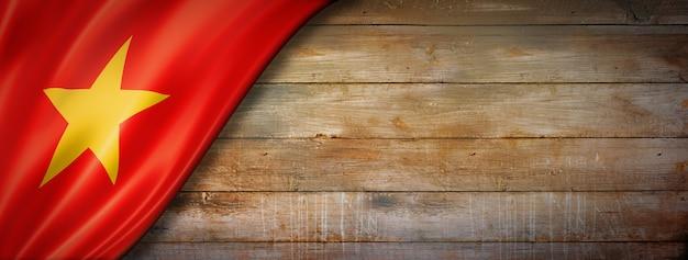 Flaga wietnamu na ścianie z drewna vintage