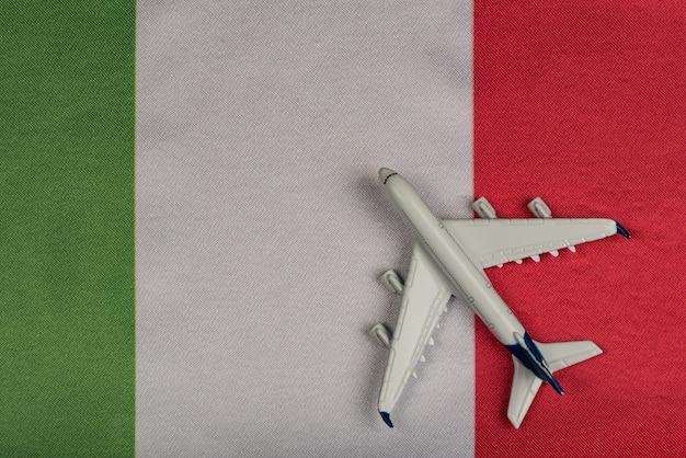 Flaga włoch i model samolotu