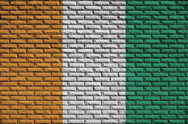 Flaga wybrzeża kości słoniowej jest namalowana na starym ceglanym murze