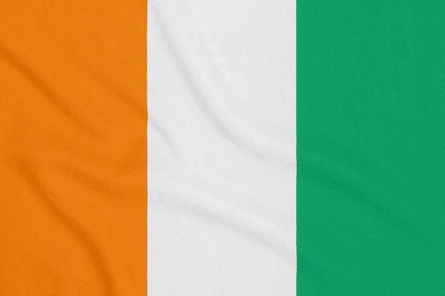 Flaga wybrzeża kości słoniowej na teksturowanej tkaninie. symbol patriotyczny