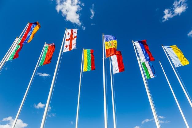 Flagi kilku krajów na wietrze
