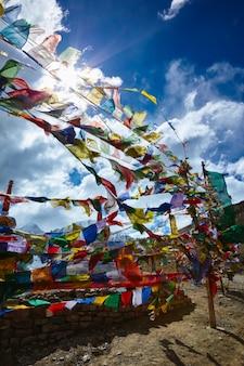 Flagi modlitewne buddystów w himalajach