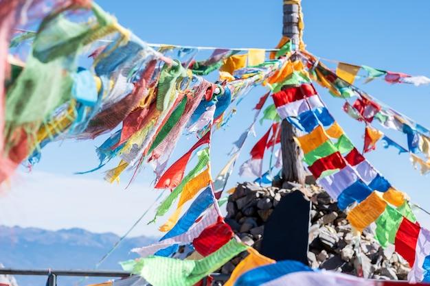 Flagi modlitewne i stupa na szczycie góry shika snow