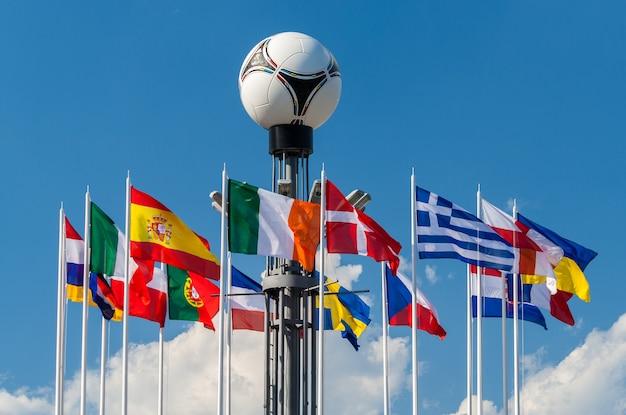 Flagi narodowe krajów europejskich na placu europejskim w kijowie z piłką nożną