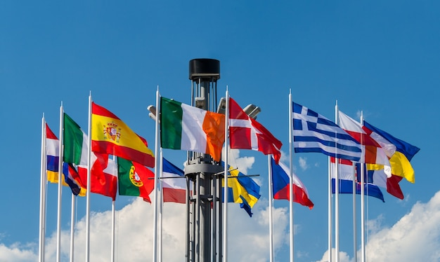 Flagi narodowe państw europejskich na placu europejskim w kijowie
