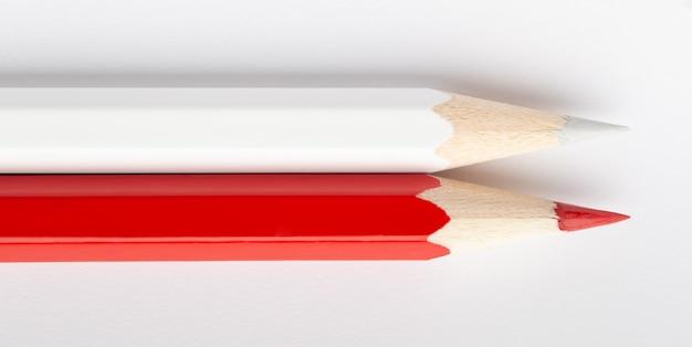 Flagi państwowe wykonane z kolorowych ołówków drewnianych polska