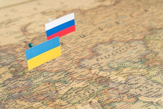 Flagi rosji i ukrainy na mapie świata polityka i różnice polityczne w porządku światowym