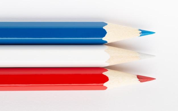 Flagi różnych krajów na białym tle z kolorowych ołówków serbia i czarnogóra