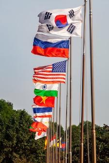 Flagi różnych krajów na wysokich masztach