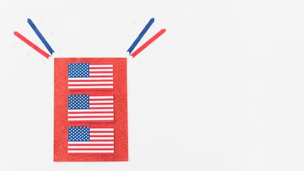 Flagi usa na czerwonym papierze
