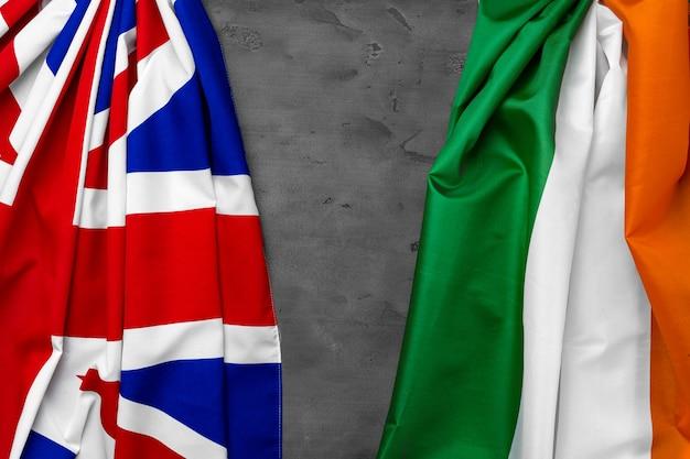Flagi wielkiej brytanii i włoch na szarym widoku z góry