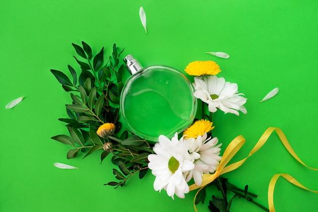 Flakon perfum i kwiaty chryzantemy