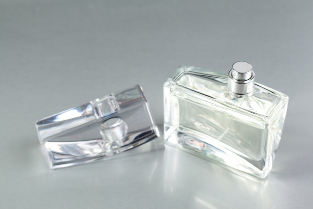 Flakon perfum na ciemnym tle