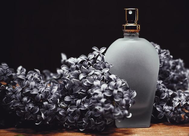 Flakon perfum z kwiatami bzu