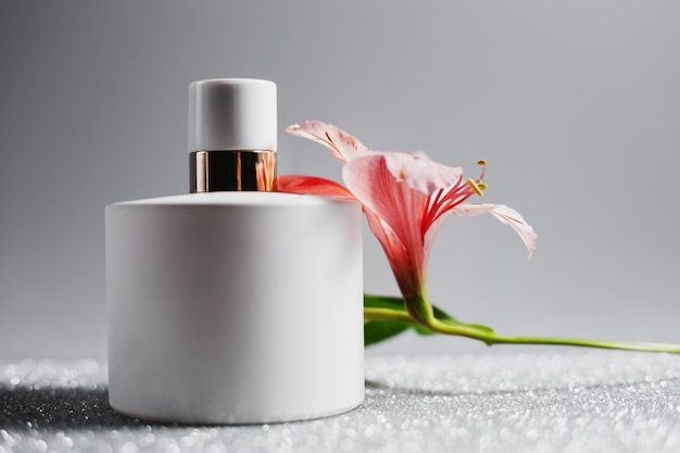 Flakon perfum z różowymi kwiatami