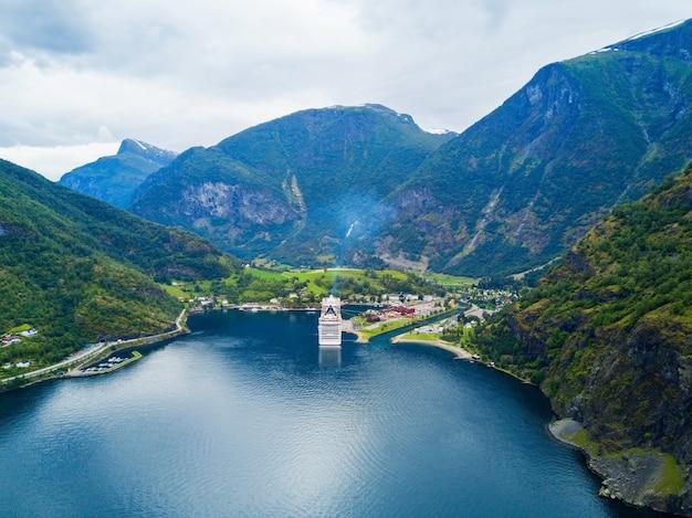 Flam to wioska we flamsdalen, w aurlandsfjord odgałęzienie sognefjord, gmina aurland, norwegia