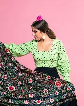 Flamenca trzyma szal manila patrząc w dół
