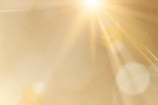 Flara obiektywu naturalnego światła na złotym tle efekt promieni słonecznych