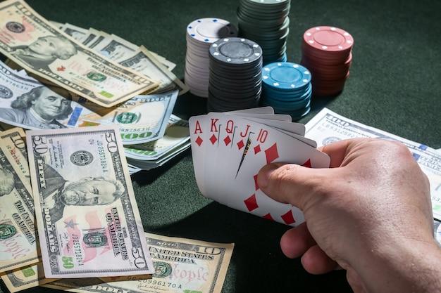 Flash królewskie karty pokerowe w ręce i żetony