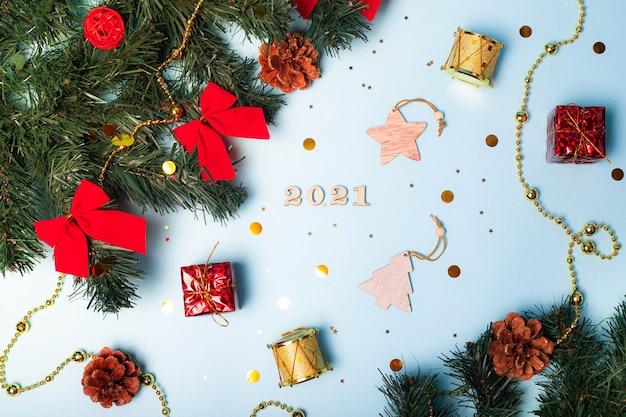 Flatlay christmas. drewniane numery 2021. skopiuj miejsce. gwiazdy. niebieskie tło.