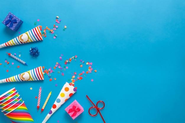 Flatlay karta urodzinowa na niebieskim tle z miejsca kopiowania tekstu.