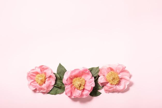 Flatlay karty upominkowej na różowym tle. tle kwiatów. tło wiosna lato koncepcja. płaski świeckich, widok z góry.