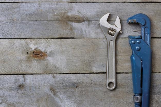 Flatlay. klucze do kanalizacji na drewnianym tle. copyspace