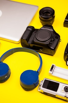 Flatlay na żółtym tle blogera podróżniczego