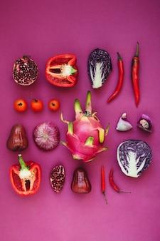 Flatlay różnych czerwonych, fioletowych i różowych owoców i warzyw zebranych razem