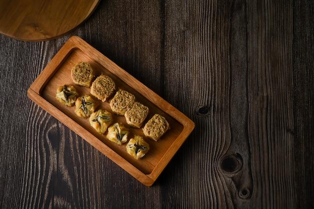 Flatlay turecka baklava słodkie ciasto na drewnianej tacy tradycyjne desery z turcji tapeta hd