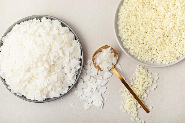Flatlay z organicznym białym woskiem sojowym, płatkami wosku pszczelego ręcznie robione świece, majsterkowanie, pomysł hobby