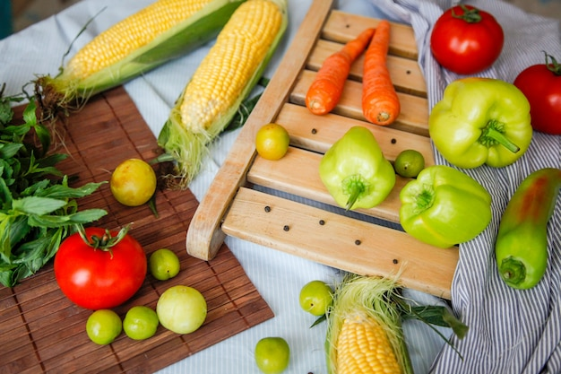 Flatlay ze świeżych warzyw. rama warzyw. koncepcja zdrowego żywienia