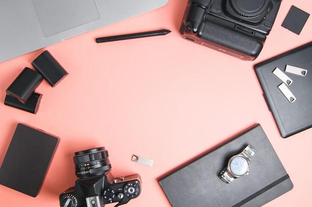 Flatley z aparatem, laptopem i telefonem. minimalistyczny układ fotografa