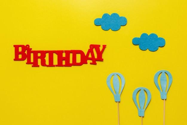 Flatout birthday party karta na niebieskim tle z miejsca kopiowania tekstu