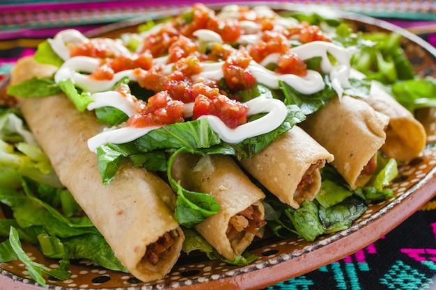 Flautas de pollo, tacos z kurczaka z pikantnym sosem, meksykańskie jedzenie w meksyku