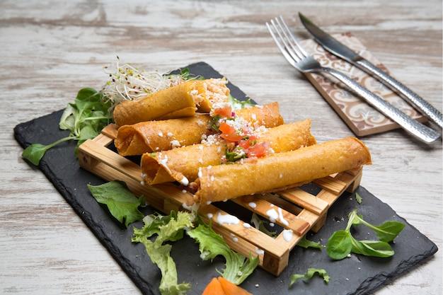 Flautas de pollo typowe meksykańskie jedzenie.