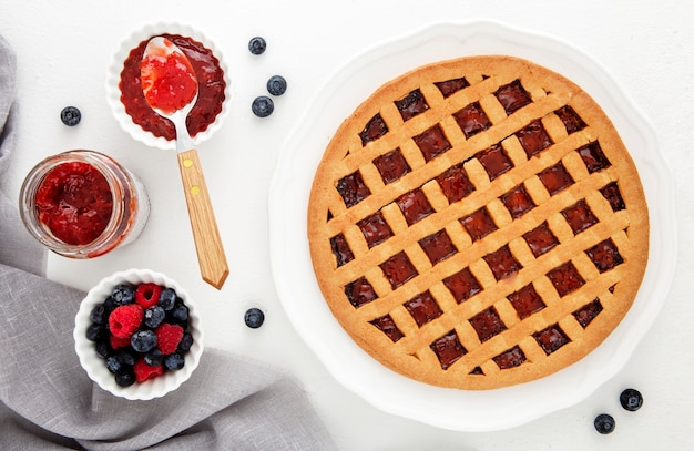 Flay lay ciasto z dżemem z owoców leśnych