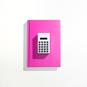 Flay leżał na kalkulatorze w książce