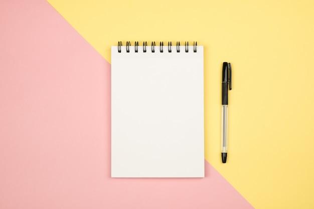 Flay położyć obrazek z pustą stroną notatnika