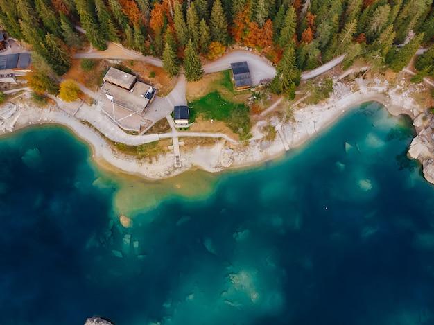 Flims caumasee błękitnej wody jezioro przy szwajcaria, wysokogórskie góry
