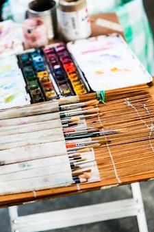 Florence, przed jedną z najważniejszych włoskich szkół artystycznych. szczegóły narzędzi artysty ulicznego.