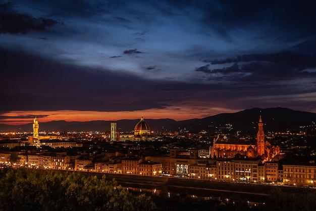 Florencja (firenze) noc pejzaż miejski, włochy.