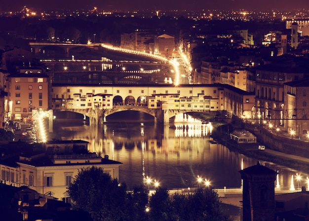 Florencja, rzeka arno i ponte vecchio nocą.