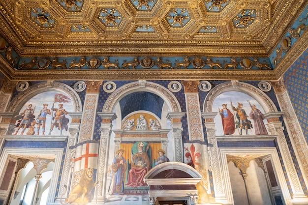 Florencja, włochy - 24 czerwca 2018: panoramiczny widok na wnętrze i sztukę palazzo vecchio (stary pałac) to ratusz we florencji