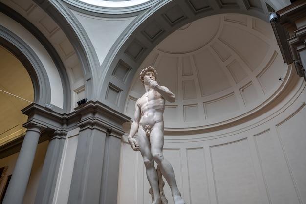 Florencja, włochy - 24 czerwca 2018 r.: zbliżenie rzeźby renesansowej to dawid michała anioła, stworzony w latach 1501-1504 w akademii sztuk pięknych we florencji (accademia di belle arti di firenze)